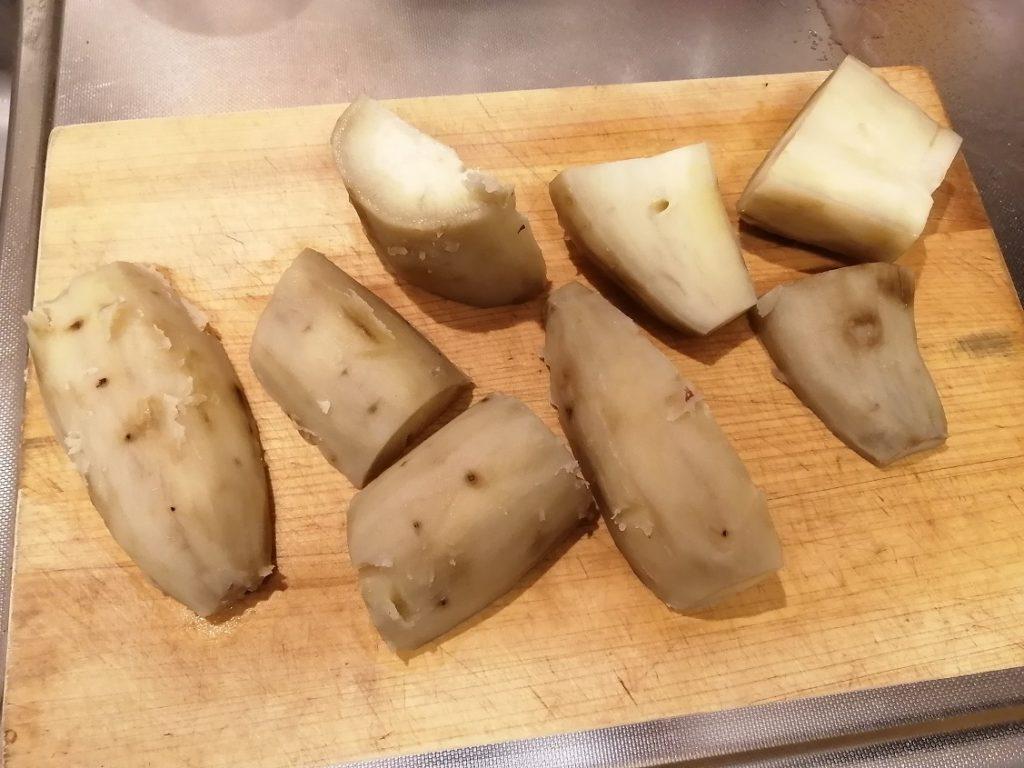 蒸かしたサツマイモを手頃な干し芋サイズにカットする