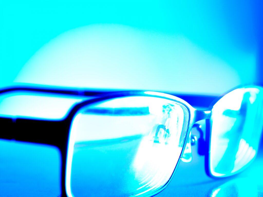 ブルーライトカットメガネを装着する